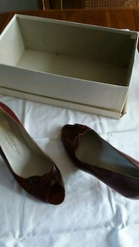 pair of red leather pointed-toe pumps Longueuil, J4V 3B4