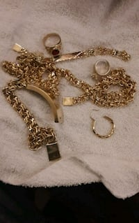 gold-colored chain necklace with heart pendant San Antonio