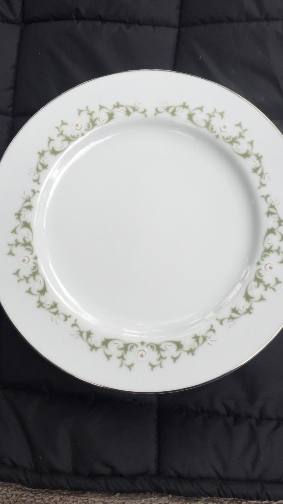 Photo Round white and green floral ceramic plate