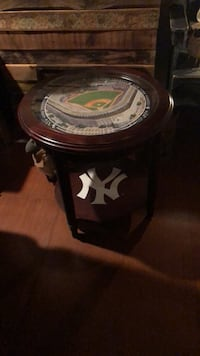 Danbury mint Yankee end table . Barely used Albany, 12205
