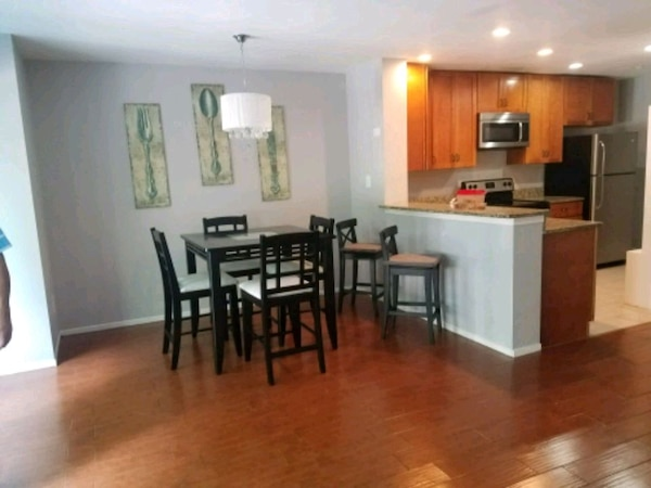 Dinning Room High Top Table w/4 Chairs