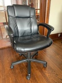 Black bonded leather manager's office chair - Excellent Condition