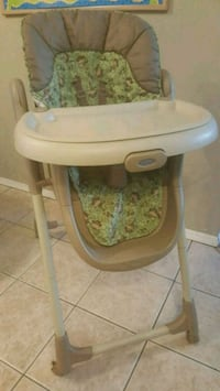 baby's white and green Graco high chair 3711 km