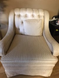 Sofá Club Chairs Antique. Two. Must sell. 120 or best offer.