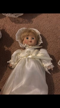 Doll in white dress  La Plata, 20646