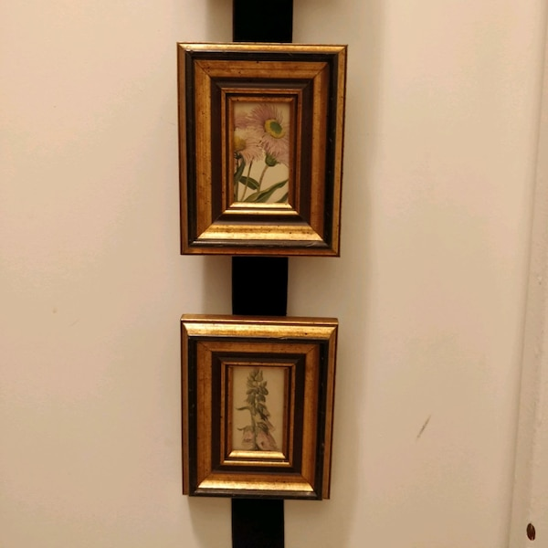 Set of 3 small floral pictures in gold wood frame 2b279418-c965-4127-885c-7bf2cc082b64