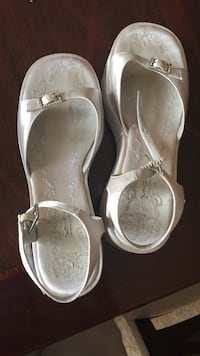 pair of white open-toe flats Dublin, 43016