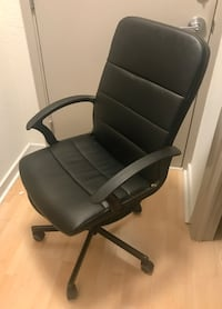 $30 - Leather Office / Desk Chair on Wheels Washington, 20036