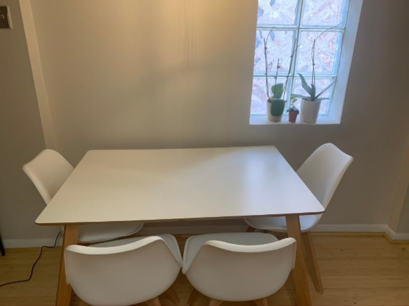 Dining table with 4 chairs 00d37306-b322-4031-a335-ecda52eb0b3e