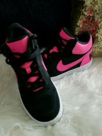 Like new black and hot pink nike. Size kids 7. $45 Baytown, 77521