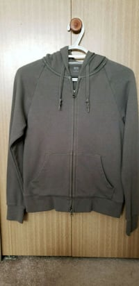 Uniqlo olive green sweatshirt size small New Westminster, V3M 3Y2