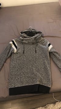 gray and white pullover hoodie Markham, L3T