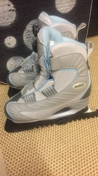 Pair of gray ladies size 7 reebok ice skates with toe picks, used once! Like new, insulated. Has Boa tightning system so you just turn dial! Greater Sudbury / Grand Sudbury, P3E 6M1