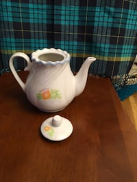 White and green ceramic teapot for 4 or 5 cups New York, 11223