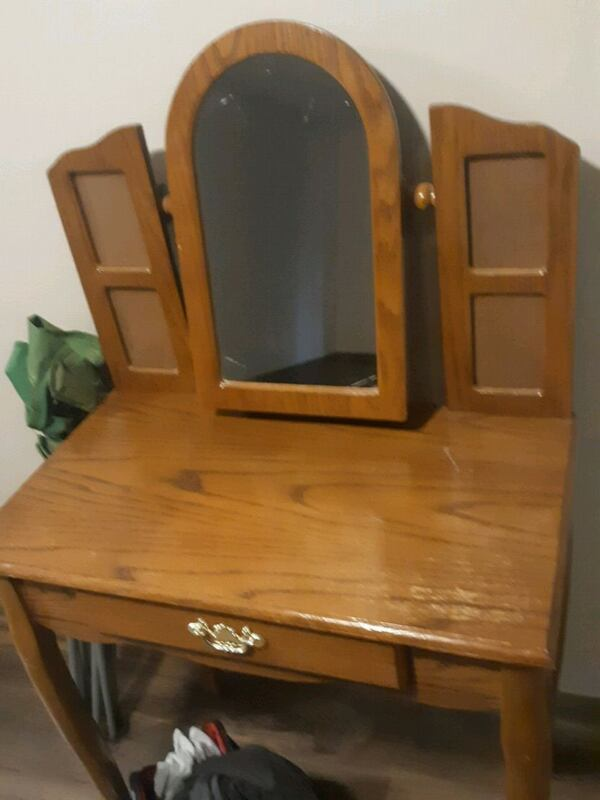 Vanity desk with mirror & jewelry storage  0b1c8698-d347-47a3-8d57-5c8c6ef66e86