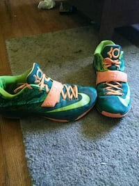 pair of green-and-blue Nike sneakers 1886 mi