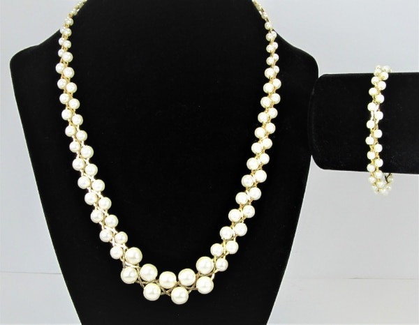 1970'S VINTAGE BRAIDED STYLE GOLD TONE AND FAUX PEARL NECKLACE AND BRA c4c98ca6-4991-4c78-8594-b462b2d3b606