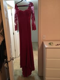 Size 8 maroon trumpet cut prom dress open back, train, button down back Vancouver, 98682