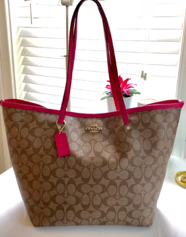 Begagnad Coach Taxi Tote in Signature Canvas with Pink Leather Trim ... ae7ff03d9d005