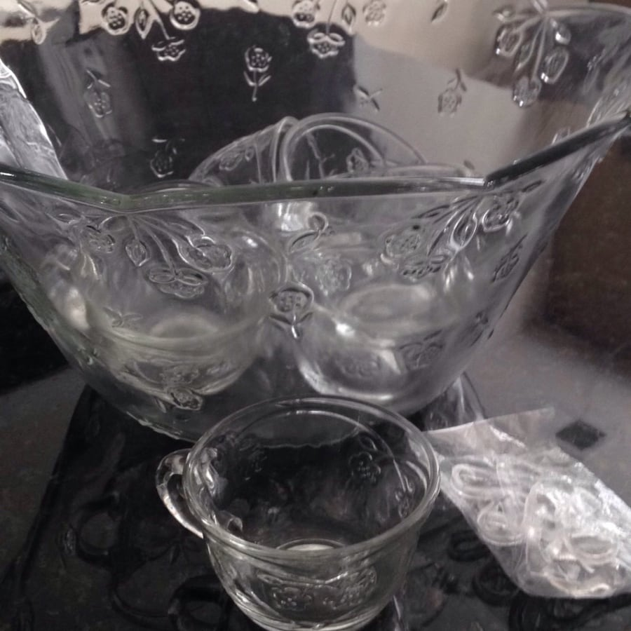 Christmas!! Punch bowl with serving mugs and hangers!