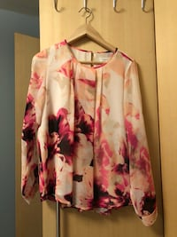 Hvit og rosa floral zip-up jakke