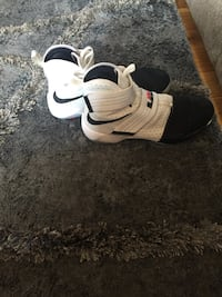 Pair of white-and-black nike basketball shoes Meriden, 06450