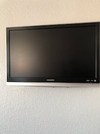 """32"""" Magnavox with Wall mount  Lancaster, 93536"""