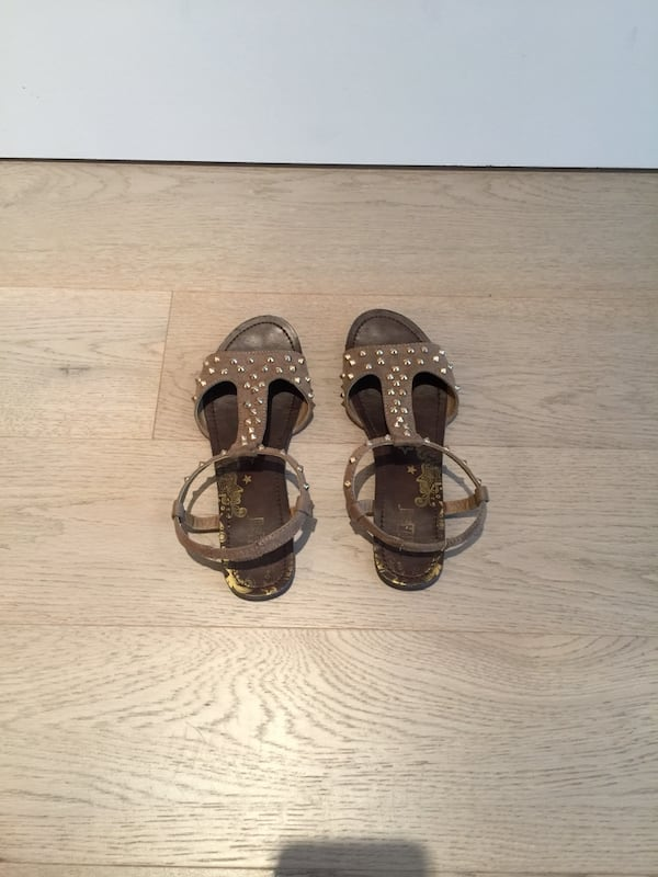 Size 6 gold stud brown suede women's sandals 8aede313-fe25-4a69-957f-bbbff95e3409