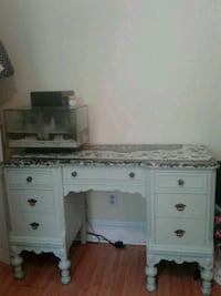 Antique dresser table  Ottawa, K1R