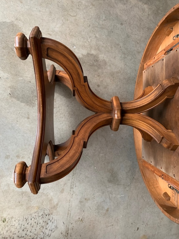 Nice old Dining room table comes with 3 leaves and 2 extra legs 75f7524e-c88c-4153-a7d4-87b584bc44e3