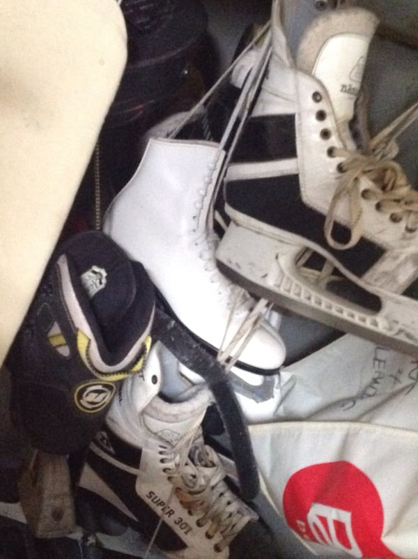 Pair of white-and-black ice skates 57db01e4-2224-4bf5-94a6-38a4a1522a73