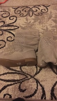 Toms size 9 boots wore about an hour too small like new