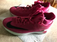 Girls 3.5Y Nike shoes! Very good condition, only worn a couple times inside the gym!