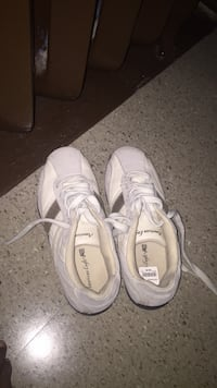 Pair of white low-top sneakers size 7 Toronto, M3J 2B9