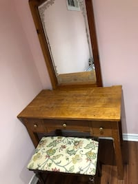Antique vanity with stool .great for sitting to do your make up. Toronto, M9V 4T4