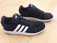 Paar schwarze Adidas Low-Top Sneakers Brakel