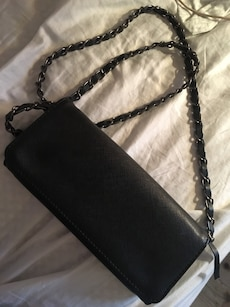 sort skinn clutch bag