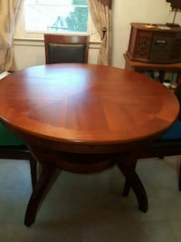 round brown wooden pedestal table Woodbridge, 22193