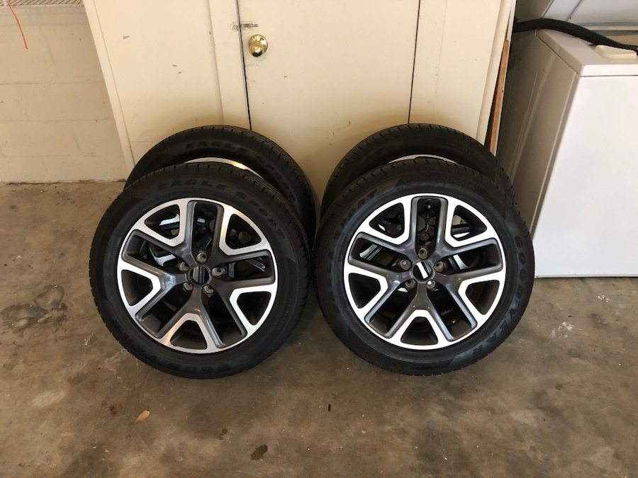 Photo 2018 18in Jeep rims and tires!