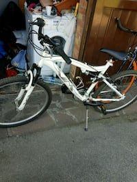 mountain bike full-suspension bianca e nera