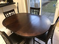 Round brown wooden table with four chairs dining set expandable to 6 chairs oval table  Mississauga, L5M 6Y1