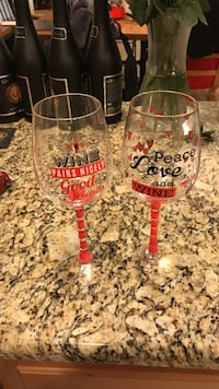 Two clear glass wine glasses Fairfax, 22030