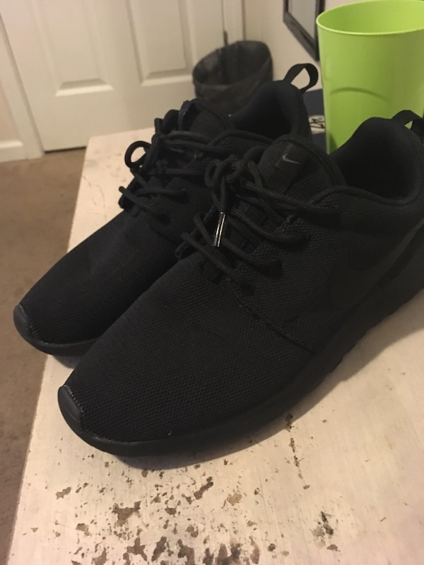 810b37909cfd92 Used Nike Roshe Women s size 10 for sale in Decatur - letgo