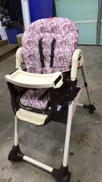 baby's white and purple floral highchair Dowagiac, 49047