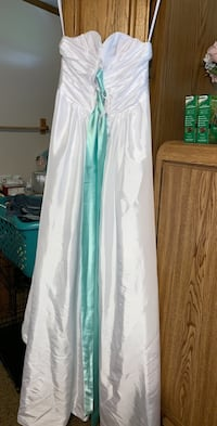 Beautiful stain free tear free wedding dress Sioux Falls, 57107