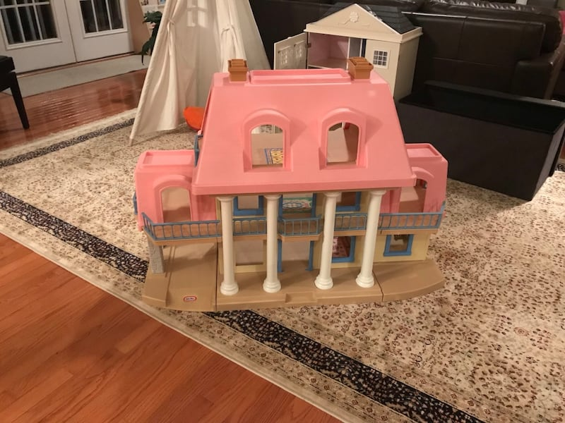 Little Tikes Doll House  ef64126d-1209-422a-8a30-3be3afe94244