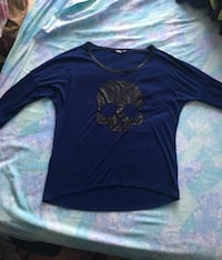 Woman's blue scoop-neck long-sleeved shirt with skull print