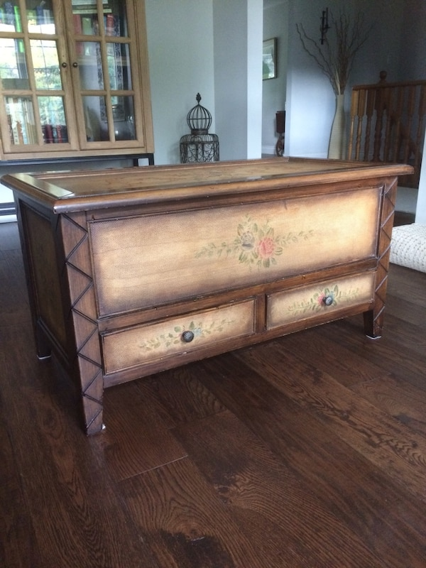 Coffee table/trunk wood with hand paint 2ac3c9d2-8364-4a99-8b06-6ef8df656ccb