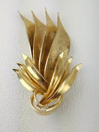 1970's VINTAGE Brushed & Smooth Gold Tone Leaf Brooch