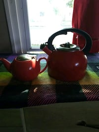2 very nice teapots I'm asking $15 for both. Columbus